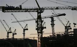 Guindastes são vistos no local da construção do centro financeiro de Yujiapu, na China. A economia da China avançou ainda mais na estrada da recuperação ante o crescimento mais lento em três anos, mostraram dados para outubro. 22/10/2012 REUTERS/Michael Martina