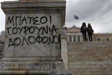 Es poco probable que los ministros de Finanzas de la zona euro tomen una decisión final para liberar un próximo tramo de ayuda a Grecia durante un encuentro que mantendrán el lunes, dado que todavía no hay claridad sobre cómo hacer sostenible la deuda pública del país, dijo un alto cargo europeo. En la imagen, pintadas en la plaza de Sintagma tras las manifestaciones en Atenas, el 8 de noviembre de 2012. REUTERS/John Kolesidis