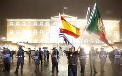 População grega foi às ruas de Atenas para protestar contra novas medidas de austeridade aprovadas pelo parlamento para atender aos requisitos para receber novo pacote de resgate internacional. 07/11/2012 REUTERS/Yannis Behrakis
