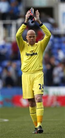 Tottenham Hotspur goalkeeper Brad Friedel salutes the fans after their English Premier League soccer match against Reading at Madejski Stadium in Reading September 16, 2012. REUTERS/Eddie Keogh