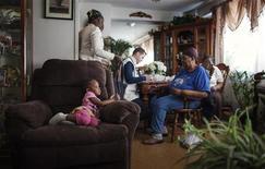 Do Médicos Sem Fronteiras, o médico David Horne (C) faz checkup em família que vive na New York City Housing Authority (NYCHA), que ainda não possui energia nas vizinhanças do Queens, em Nova York. Uma semana depois da passagem de Sandy, que paralisou os transportes e o fornecimento elétrico em partes da cidade durante vários dias, o MSF estabeleceu clínicas temporárias em Rockaways --uma remota parte do Queens voltada para o Atlântico-- para atender moradores de prédios que ainda estão sem energia e calefação, e que ficaram isolados pela tempestade. 08/11/2012 REUTERS/Lucas Jackson
