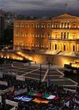 Dimostranti con bandiere di Portogallo, Italia, Spagna e Grecia di fronte al parlamento greco ad Atene, 7 novembre 2012. REUTERS/Yannis Behrakis