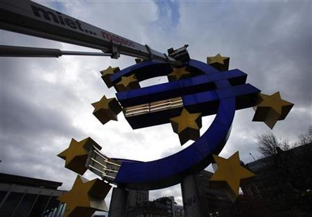 Workers maintain the huge Euro logo next to the headquarters of the European Central Bank (ECB) in Frankfurt, December 6, 2011. REUTERS/Ralph Orlowski