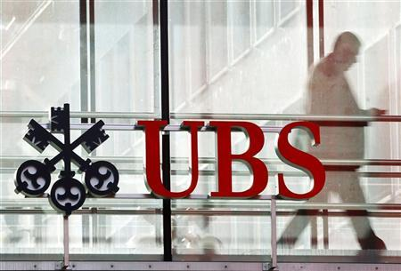 A man walks past a logo of Swiss bank UBS in Zurich October 30, 2012. REUTERS/Arnd Wiegmann