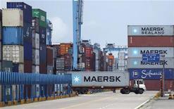 <p>Imagen de archivo de un camión con un contenedor a cuestas en el puerto de Ningbo, China, jun 21 2012. La economía china avanzó aún más en el camino para recuperarse de su crecimiento más lento en tres años, según datos de octubre divulgados el viernes, ya que la inversión en infraestructura se aceleró y la producción de las fábricas del país presentó su ritmo más rápido en cinco meses. REUTERS/Carlos Barria</p>