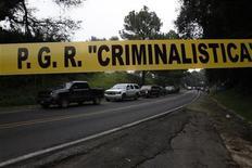 <p>Imagen de archivo de una banda policíal en el área donde se produjo un ataque a agentes de la CIA en la localidad de Tres Marías, al sur de Ciudad de México, sep 10 2012. Catorce policías federales de México fueron acusados formalmente de llevar a cabo un ataque armado contra dos agentes de la CIA en agosto, un crimen que inicialmente se creyó era parte de una confusión. REUTERS/Margarito Perez Retana</p>