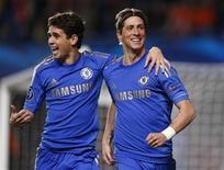 El Chelsea, ganador de la Liga de Campeones, informó de unos beneficios de 1,4 millones de libras (1,75 millones de euros) en el año financiero que finalizó en junio de 2012, la primera vez que han estado en números negros desde que el ruso Roman Abramovich compró el club en 2003. En la imagen, Fernando Torres (D) del Chelsea celebra un gol con su compañero de equipo Oscar durante el partido de Liga de Campeones del Grupo E contra el Shakhtar Donetsk, en Stamford Bridge, Londres, el 7 de noviembre de 2012. REUTERS/Andrew Winning