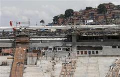 <p>Un grupo de obreros trabaja en las obras de renovación del estadio Maracaná en Río de Janeiro, nov 8 2012. El costo de la obras para la Copa del Mundo de Brasil 2014 aumentó en un 14,7 por ciento frente a el cálculo inicial a 27.300 millones de reales (unos 13.294 millones de dólares), según un informe del Tribunal de Cuentas de la Unión (TCU). REUTERS/Sergio Moraes</p>