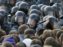 """Полицейские сражаются с участниками протестного марша в центре Москвы 6 мая 2012 года. Суд в Москве вынес первый приговор в серии процессов об омрачивших инаугурацию Владимира Путина столкновениях демонстрантов с полицией, отправив за решетку спортсмена, чья сделка со следствием грозит обернуться более длительными сроками для десятка фигурантов """"болотного дела"""". REUTERS/Denis Sinyakov"""