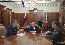 El presidente ruso, Vladimir Putin, dispuso la salida del jefe del estado mayor conjunto, en una reestructuración de la cúpula militar que sucede tres días después de pedirle la renuncia a su ministro de Defensa tras un escándalo de corrupción. En la imagen, el presidente ruso Vladimir Putin (C) habla con el nuevo jefe del Estado Mayor de las Fuerzas Armadas Valery Gerasimov (D) y el ministro de Defensa Sergei Shoigu durante una reunión en el Kremlin, en Moscú, el 9 de noviembre de 2012. REUTERS/Alexsey Druginyn/RIA Novosti/