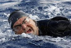Beppe Grillo mentre attraversa a nuoto lo Stretto di Messina, 10 ottobre 2012. REUTERS/Antonio Parrinello