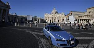 Un'auto della polizia italiana a Piazza San Pietro, Roma. REUTERS/Max Rossi