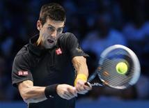 Novak Djokovic completó un récord de 100 por 100 en el round-robin (todos contra todos) en las finales del World Tour de la con una victoria el viernes por 6-2 y 7-6 sobre el checo Tomas Berdych reservándose un lugar en semifinales. En la imagen, Novak Djokovic devuelve un golpe a Berdych durante su partido de las finales del World Tour de la ATP en el O2 Arena, en Londres, el 9 de noviembre de 2012. REUTERS/Suzanne Plunkett