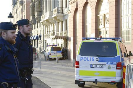 Police stand guard outside the Sagerska Palace, official residence of the Swedish Prime Minister Fredrik Reinfeldt, after a man died inside the building in Stockholm November 9, 2012. REUTERS/Bertil Enevag Ericson/Scanpix Sweden