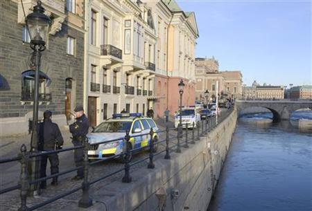 Police officers gather outside the Sagerska Palace, the residence of Swedish Prime Minister Fredrik Reinfeldt, in central Stockholm November 9, 2012. REUTERS/Bertil Enevag Ericson/Scanpix Sweden