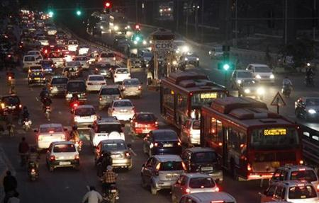 Traffic moves along a busy road in New Delhi November 9, 2011. REUTERS/B Mathur/Files