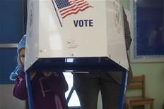 <p>Le républicain Paul Broun, élu de la Georgie à la Chambre des représentants, a dû batailler dans les urnes mardi face à la candidature de Charles Darwin, le père de la théorie de l'évolution, imaginée par un professeur de l'Université de Georgie horrifié par les propos de Paul Broun sur le darwinisme. Paul Broun a été réélu avec 16.980 voix dans le comté d'Athens-Clark, mais Charles Darwin a obtenu les voix de 4.000 électeurs qui ont inscrit son nom sur leur bulletin de vote. /Photo prise le 6 novembre 2012/REUTERS/Keith Bedford</p>