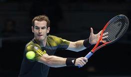 El tenista Novak Djokovic cerró el viernes su participación en el Grupo A de la Copa de Maestros de Londres con pleno de victorias tras ganar al checo Tomas Berdych por 6-2 y 7-6 para asegurarse un lugar en las semifinales, instancia que también alcanzó el británico Andy Murray. En la imagen, de 9 de noviembre, el tenista británico Andy Murray en el partido de clasificación para semifinales de la Copa de Maestros de Londres en el que derrotó al francés Tsonga. REUTERS/Suzanne Plunkett