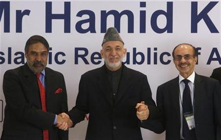 Afghanistan's President Hamid Karzai (C) shakes hands with Trade Minister Anand Sharma (L) and Chairman of the Godrej Group Adi Godrej during a business conference in Mumbai November 10, 2012. REUTERS/Vivek Prakash