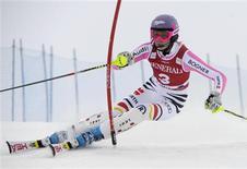 <p>L'Allemande Maria Höfl-Riesch a remporté samedi le slalom de Levi, en Finlande, comptant pour la Coupe du monde féminine de ski alpin. Elle a devancé de 55 centièmes la Finlandaise Tanja Poutiainen, qui avait signé le meilleur temps de la première manche, et de 74 centièmes l'Américaine Mikaela Shiffrin. /Photo prise le 10 novembre 2012/REUTERS/Markku Ulander/Lehtikuva</p>