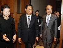 Chefe da Comissão Nacional de Desenvolvimento e Reforma, Zhang Ping (E), reúne-se com ministro das Finanças sul-coreano, Bahk Jae-wan (D), em Seul, em setembro de 2011. China anunciou que está efetivamente superando as dificuldades da economia e deverá atingir a meta de crescimento para o ano. 28/09/2011 REUTERS/Lee Jae-Won