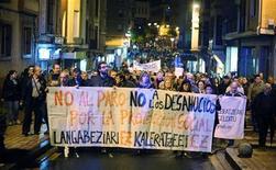 La muerte y el drama que rodean los desahucios de quienes no pueden pagar la hipoteca de su vivienda en España, tras el suicido el viernes de una mujer en Baracaldo antes de ser desalojada, ha acelerado la búsqueda de un pacto político para modificar la ley. En la imagen, miles de personas sostienen una pancarta contra los desahucios durante una manifestación en Baracaldo tras el suicidio de una de sus vecinas, Amaia Egaña, de 53 años, ante el inminte desalojo de su vivienda. REUTERS/Vincent West