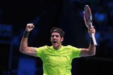 Juan Martín del Potro se impuso a Roger Federer 7-6, 4-6 y 6-3 para alcanzar las semifinales de la Copa de Maestros el sábado. En la imagen, de 10 de noviembre, el argentino Juan Martín del Potro celebra su victoria frente al suizo Roger Federer en la Copa de Maestros de Londres. REUTERS/Stefan Wermuth