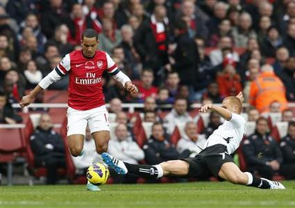 Fulham's Steve Sidwell (R) challenges Arsenal's Theo Walcott during their English Premiere League soccer match at Emirates Stadium in London November 10, 2012. REUTERS/Suzanne Plunkett