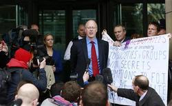 Diretor-geral da BBC, George Entwistle, fala com a imprensa após audiência no Comitê de Cultura e Mídia do Parlamento, em Londres. A emissora pública britânica BBC, atordoada com as revelações de que uma de suas ex-estrelas era pedófila, está lutando para conter os estragos de outro escândalo, neste sábado, depois que seu principal programa de notícias veiculou a acusação equivocada de que um ex-político abusava sexualmente de crianças. 23/10/2012 REUTERS/Olivia Harris