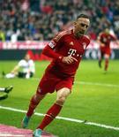 <p>Franck Ribéry après avoir ouvert le score pour le Bayern Munich. Le leader de Bundesliga a continué samedi sur le tempo de son impressionnant début de saison avec une dixième victoire en onze matches, cette fois aux dépens de l'Eintracht Francfort (2-0). /Photo prise le 10 novembre 2012/REUTERS/Michael Dalder</p>