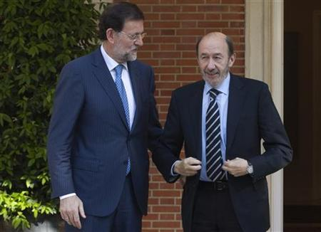 Spain's Prime Minister Mariano Rajoy (L) talks with main opposition Socialist leader Alfredo Perez Rubalcaba before their meeting at the Moncloa Palace in Madrid May 25, 2012. REUTERS/Sergio Perez
