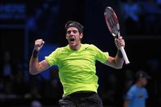 <p>Juan Martin Del Potro a battu 7-6 4-6 6-3 Roger Federer samedi au Masters de Londres, se qualifiant ainsi pour les demi-finales de l'ultime épreuve de la saison. /Photo prise le 10 novembre 2012/REUTERS/Stefan Wermuth</p>