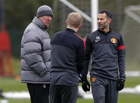 Manchester United's manager Alex Ferguson (L) talks with Paul Scholes (C) and Ryan Giggs during a training session at the club's Carrington training complex in Manchester, northern England, November 6, 2012. REUTERS/Phil Noble