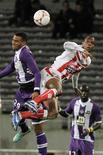 <p>Lutte aérienne entre le Toulousain Etienne Capoue (à gauche) et Ricardo Faty d'Ajaccio. Toulouse a été surpris samedi à domicile par Ajaccio, vainqueur 4-2 en match de Ligue 1. /Photo prise le 10 novembre 2012/REUTERS/Jean-Philippe Arles</p>
