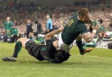 <p>Le Sud-Africain Francois Hougaard rattrapé par l'Irlandais Conor Murray à Dublin. Chahutée par l'Irlande jusqu'à la pause, l'Afrique du Sud a fini par remporter samedi à l'Aviva Stadium de Dublin (16-12) une victoire d'autant plus précieuse que les Springboks ont pour mission de conserver leur troisième place mondiale. /Photo prise le 10 novembre 2012/REUTERS/Cathal McNaughton</p>