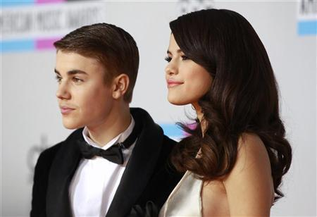 Singer Selena Gomez (R) and her boyfriend, singer Justin Bieber, pose on arrival at the 2011 American Music Awards in Los Angeles November 20, 2011. REUTERS/Danny Moloshok