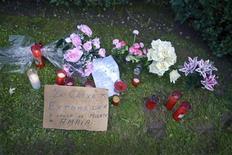 Kutxabank dijo el sábado que ha suspendido todos las ejecuciones hipotecarias en casos de primeras viviendas, a la espera de que se conozca la nueva regulación que prepara el Gobierno para solucionar el dramático problema de los desahucios en España. En la imagen, un cartel, velas y flores en el césped donde Amaia Egañaa, una mujer de 53 años, se arrojó desde la ventana de su piso en el momento que los funcionarios judiciales subían por las escaleras para proceder a su desahucio el viernes, en Baracaldo, el 10 de noviembre de 2012 .REUTERS/Vincent West