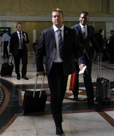 South Africa's Jacques Kallis (front) and Lonwabo Tsotsobe (R) arrive at a hotel in Colombo, September 14, 2012.REUTERS/Stringer/Files