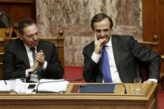 Greece's Finance Minister Yannis Stournaras (L) applauds as Prime Minister Antonis Samaras looks on during a parliament session in Athens November 7, 2012. REUTERS/Yorgos Karahalis