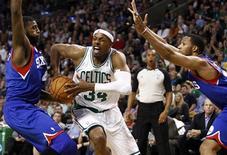 Paul Pierce, diez veces All-Star, ayudó a inclinar una reñida victoria por 96-92 a favor de los Celtics de Boston frente a Milwaukee Bucks en el BMO Harris Bradley Center el sábado. En la imagen, de 9 de noviembre, Paul Pierce de los Celtics en una jugada contra Philadelphia 76ers.