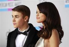 La estrella del pop Justin Bieber y su novia, Selena Gómez, actriz de Disney y cantante, han roto, poniendo fin a una relación que les convirtió en una de las jóvenes parejas más famosas de Hollywood, informaron medios locales. En la imagen, de 20 de noviembre de 2011, Selena Gómez y Justin Bieber posan a su llegada a la gala de unos premios de música en Los Ángeles. REUTERS/Danny Moloshok