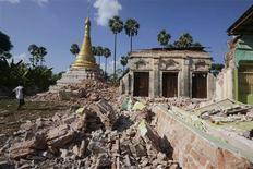 <p>Pagode bouddhiste partiellement détruite dans le village de Ma Lar. Un violent séisme d'une magnitude de 6,8 sur l'échelle de Richter a fait au moins six morts et 15 disparus dimanche dans la région de Mandalay, deuxième ville de Birmanie située dans le centre du pays. /Photo prise le 11 novembre 2012/REUTERS</p>