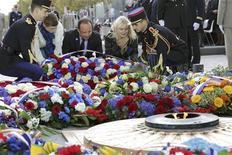 """<p>François Hollande, avec les enfants de militaires français morts cette année en Afghanistan, dépose une gerbe sous l'Arc de Triomphe, devant la tome du soldat inconnu. François Hollande a présidé pour la première fois dimanche à Paris les cérémonies commémorant l'armistice du 11 novembre 1918, une journée du souvenir dédiée désormais à """"tous les morts pour la France"""" en vertu d'une loi voulue par Nicolas Sarkozy et votée par le Parlement en février dernier. /Photo prise le 11 novembre 2012/REUTERS/Philippe Wojazer</p>"""