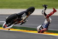 El campeón del mundo de MotoGP Jorge Lorenzo no pudo hacerse con la victoria el domingo en la última carrera de la temporada tras irse al suelo mientras lideraba un Gran Premio de Valencia plagado de incidentes en el que Dani Pedrosa se llevó el triunfo. En la imagen, de 11 de noviembre, el campeón del mundo de MotoGP Jorge Lorenzo sufrió una aparatosa caída en el circuito de Cheste, la última carrera de la temporada. REUTERS/Heino Kalis