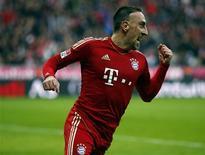 El Bayern de Múnich continuó su espectacular carrera hacia el título derrotando por 2-0 al Eintracht de Fráncfort el sábado, consiguiendo la décima victoria en 11 encuentros de la Bundesliga y manteniéndose como líderes con una ventaja de siete puntos sobre el segundo clasificado. En la imagen, de 10 de noviembre, Franck Ribéry celebra el gol que le endosó al Eintracht de Frankfurt. REUTERS/Michael Dalder