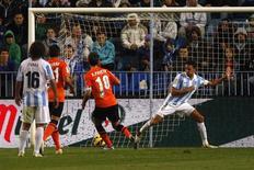 El Málaga sufrió la resaca de su clasificación para octavos de la Liga de Campeones tras perder en casa 2-1 frente a la Real Sociedad el sábado y continúan quintos en Liga. En la imagen, de 10 de noviembre, Xavi Prieto de la Real Sociedad marca el segundo de los donostiarras frente al Málaga de Pellegrini. REUTERS/Jon Nazca