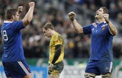 <p>Vincent Debaty (à gauche) et Pascal Papé à la fin du match contre l'Australie, battue 33-6 au stade de France. A peine réussi son examen d'entrée face aux Australiens, le nouveau XV de France se tourne vers un deuxième test au moins aussi difficile car l'Argentine, sur la lancée du Four Nations, a battu le Pays de Galles, meilleure équipe d'Europe, à Cardiff. /Photo prise le 10 novembre 2012/REUTERS/Gonzalo Fuentes</p>