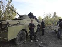 """<p>Combattants de l'Armée libre syrienne à Ghouta, dans l'est. Les différentes composantes de l'opposition syrienne réunies à Doha, au Qatar, ont conclu dimanche sous la pression internationale un """"accord initial"""" sur la formation d'une nouvelle instance représentative censée resserrer les rangs rebelles et favoriser la chute du président Bachar al Assad. /Photo prise le 8 novembre 2012/REUTERS/Muhammad Al-Jazari/Shaam News Network/Handout</p>"""
