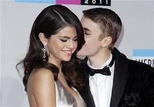 Cantor Justin Bieber beija namorada Selena Gomez na chegada do American Music Awards, em Los Angeles, em novembro de 2011. Justin Bieber e Selena Gomez terminaram o namoro, desmanchando um relacionamento que os tornou um dos casais jovens mais evidentes de Hollywood. 20/11/2011 REUTERS/Danny Moloshok