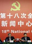 En la montañosa localidad de Yangchang, en la provincia china de Guizhou, al suroeste del país, la casa de la familia Yang tiene el tejado agrietado y a punto de ceder, sostenido sólo por unos endebles troncos. En la imagen, el gobernador del Banco Central de China, Zhou Xiaochuan (I), responde a una pregunta junto al presidente de la Comisión Regulatoria Bancaria de China Shang Fulin, durante una rueda de prensa celebrada en los márgenes del 18ª Congreso Nacional del Partido Comunista de China (CPC), en Pekín, el 11 de noviembre de 2012. REUTERS/Jason Lee